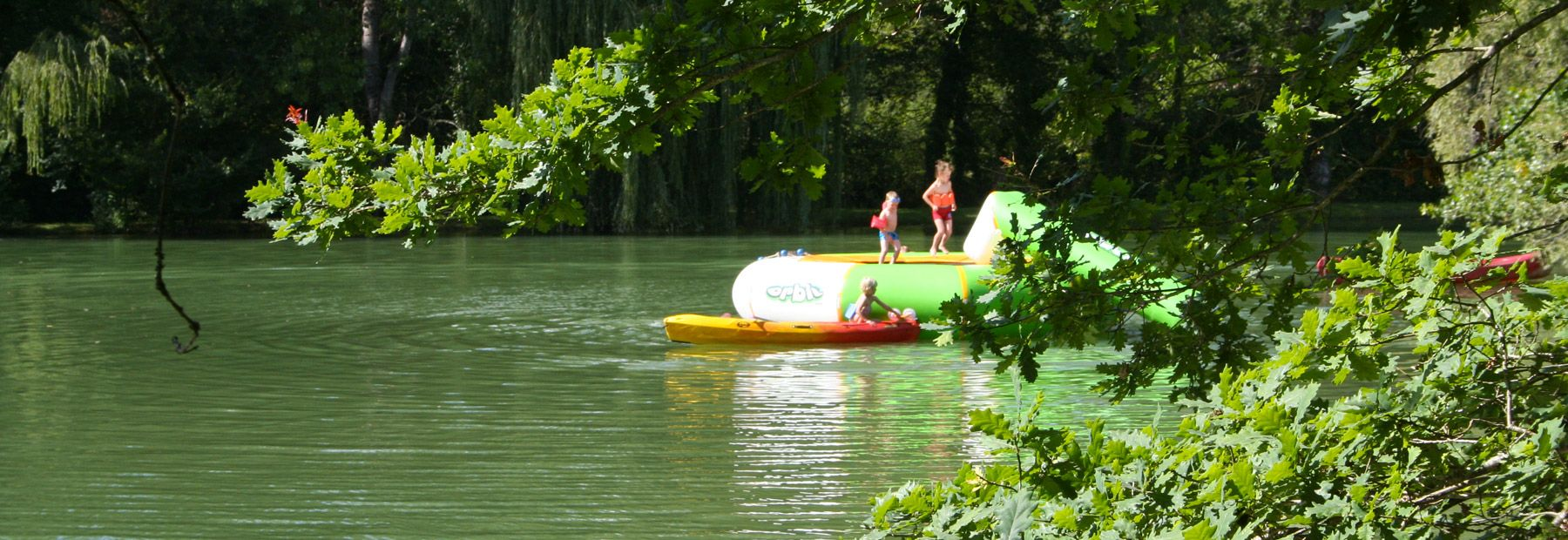 Camping dordogne p che tang cano lac les valades for Camping avec lac et piscine