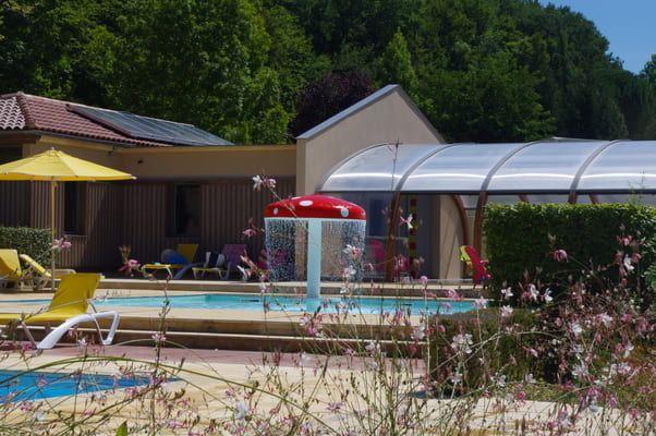 Pataugeoire pour les enfants près de la piscine couverte